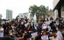 Hong Kong protesters crush parliament